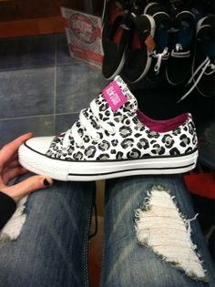 Low Top Leopard Print All Star Chuck Taylor's. Chuck Taylors, Crazy Shoes, Me Too Shoes, Mode Converse, Converse Shoes, Converse Cake, Looks Style, Style Me, Pink Cheetah