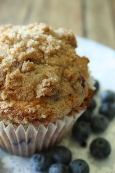 Written by Jodi – The Farmer's Wife I love blueberry muffins, but my love for blueberry muffins grew even more when I started making them with a delicious streusel topping. For the muffi… Muffin Recipes, Breakfast Recipes, Breakfast Pastries, Breakfast Ideas, Cake Recipes, Dessert Recipes, My Favorite Food, Favorite Recipes, Jumbo Muffins