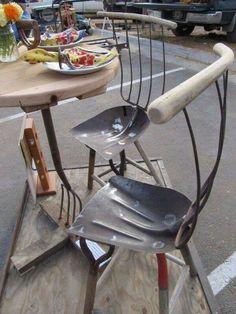 De vieux outils de jardin recyclés en chaises de jardin