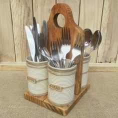 Recycle pallet wood and tin cans to make this cutlery Recyceln Sie Palettenholz- und Blechdosen, um diesen Besteckhalter herzustellen…. – Küche Ideen Recycle pallet wood and tin cans to make this cutlery holder … - Kids Woodworking Projects, Woodworking Wood, Diy Wood Projects, Wood Crafts, Recycled Pallets, Recycled Crafts, Wood Pallets, Pallet Wood, Pallet Ideas