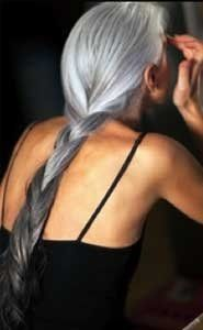 This is what motivates me to stop covering the grays ///// Beautiful gray hair - Yasmina Rossi, may I look as fabulous as this one day Long Gray Hair, Silver Grey Hair, Silver Ombre, White Hair, Grey Ombre, Grey Hair At 40, Ombre Colour, Gray Color, Hair Dos