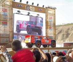 Der US Teilnehmer Robby Gordon  mit seinem Hummer H3 auf dem Dakar Village Podium (Dakar Rallye 2013 Lima).