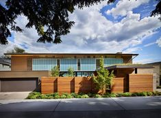 Image 8 of 19 from gallery of Courtyard House / DeForest Architects. Photograph by Benjamin Benschneider Courtyard House, Facade House, House Exteriors, Craftsman Exterior, Interior Exterior, Luz Natural, Open Floor Concept, Casa Patio, Luxury Flooring