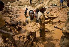 Mineros de oro, a lo largo de un pase de barro en una cadena humana en la mina Chudja, cerca de la aldea de Kobu en el noreste de Congo, el 23 de febrero de 2009.