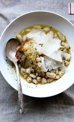 Stewy white beans with garlic - Brining instead of soaking white beans for this amazing stewy white bean soup makes all the difference in the world. Comfort food at its finest! Soup Recipes, Vegetarian Recipes, Cooking Recipes, Healthy Recipes, Vegetarian Barbecue, Barbecue Recipes, Peeps Recipes, Vegetarian Comfort Food, Lasagna Recipes