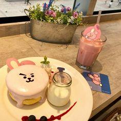 so whos gonna bring me to this cafe Bts Cake, Beste Songs, Food Porn, Cafe Food, Aesthetic Food, Korean Food, Kakao, Cravings, Sweet Treats