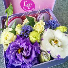 #box #macaron #flowers #сиреневый #loveflowersbox коробочка с цветами и макарон сладостями Киев