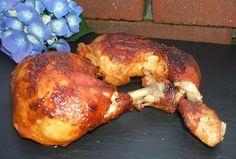 """Texas Chicken, etwas einfaches und besonderes sollte es sein. Natürlich aus dem Dutch Oven. Also was liegt näher als sich ein paar lecker Keulen zu besorgen und diese im ersten Schritt mit dem BBQ Rub von Ankerkarut zu veredeln. Die Zutaten: 8 - 10 Hähnchenkeulen (je nach Größe und vorhandenem DO) Texas Chicken Gewürz 100ml Ahornsirup 150ml BBQUE GRILL & BUCHENHOLZ """"Wia greichad"""" Soße ..."""
