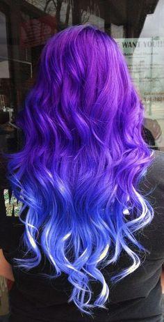 Chica con el cabello en color morado, azul y toques en blanco