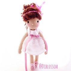 #Little Miss #Daisy dreesed in #white Happy Saturday♥ #pattern #isabellekessedjian #brunette #doll