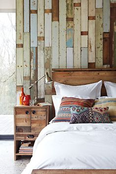Reclaimed wood look behind bed, DIY project?! Maybe I could use palette wood...