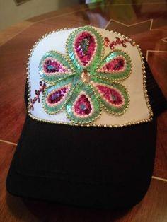 gorras decoradas con pedreria - Buscar con Google Crazy Hats, Refashion, Baseball Cap, Recycling, Beanie, Crochet, Google, Diy, China