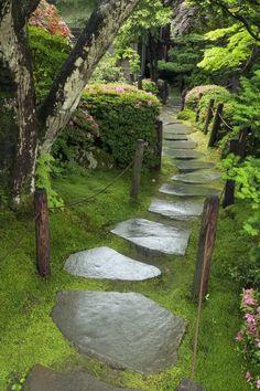 allées-jardin-dalles-pierre-ardoise-mousse-arbres