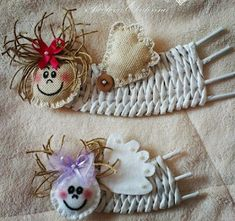 Haz lindos adornos navideños reciclando papel periódico Painted Ornaments, Handmade Ornaments, Handmade Toys, Handmade Christmas, Christmas Crafts, Christmas Ornaments, Basket Weaving Patterns, Straw Art, Diy And Crafts