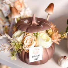 Igazán bájos őszi tartós dekoráció egy kerámia tökben. Egy kerámia tökbe készül selyemvirágok, kerámia tök és cuki őszi kiegészitők felhasználásával. Jelenleg készleten lévő színvilág: pasztell rózsaszín vagy barack. Kérlek a megjegyzés rovatba írd be melyiket szeretnéd. A termék megvásárolható DIY-készítsd el otthon csomagban is, kérlek ha így szeretnéd ezt is a megjegyzés rovatba jelezd, és mi ez alapján készítjük össze a csomagot Neked. A kerámia tök mérete: kb. 16×16 cm Caramel Apples, Desserts, Tailgate Desserts, Deserts, Postres, Dessert, Plated Desserts