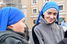 La cara de la felicidad. Unas monjas de clausura, provenientes de América Latina, se encuentran a sus homólogas europeas, con las que hablan durante un largo rato. Las sonrisas no faltan.