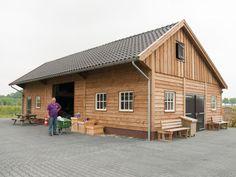 Houten kapschuur opgebouwd met geïmpregneerd Douglas hout met verticale en horizontale delen.