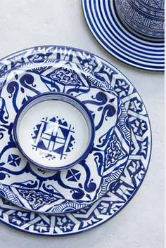 Blue and white place setting...this would be amazing for a chic touch!