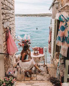 """Iris 🌸 Travel & Lifestyle on Instagram: """"Rovinj ist wirklich eine unglaublich süße Stadt. Mich persönlich hat sie ein bisschen an Venedig erinnert, mit vielen kleinen Gassen,…"""" Iris, Instagram, Travel, Venice Italy, City, Viajes, Destinations, Traveling, Trips"""