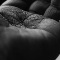Líneas y trazos en mis manos Los senderos que mi alma ha marcado Historias del olvido que se grabaron en mi piel Memorias de mis ancestros Que se conjugaron en mi ser Un tejido áspero de años Con corazón de roble y miel Si sientes esta caricia de amor singular Tu boca no me dejará de besar #poema #instapoem #poesia #autorretrato #selfportrait #manos #hands #instalike #instadaily #instamood #instagood #bn #bw #instacool #love #instalove #instahub #instafoto #instapic #foto #photographer…