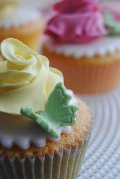 Flower cupcakes http://3gufettisulcomo.blogspot.it/2016/06/sweet-table-per-una-prima-Comunione.html