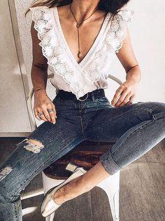 Outfits con blusas blancas http://comoorganizarlacasa.com/outfits-blusas-blancas/ #Fashiontips #Moda #moda2017 #Outfits #Outfitsconblusasblancas #tendencias #Tendenciasdemoda #Tipsdemoda #trends