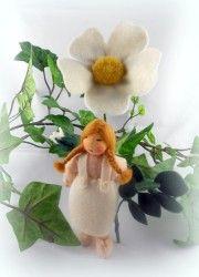 weiße Heckenrose - Blumenkind für den Jahreszeitentisch im Sommer