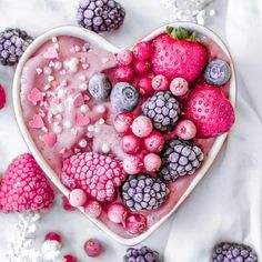 We heart berry smoothie bowls Apple Smoothies, Healthy Smoothies, Smoothie Recipes, Healthy Drinks, Smoothie Bowl, Cute Food, Yummy Food, Vegan Snacks, Aesthetic Food