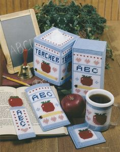 Adorned with apples, hearts, and ABC& this handy desk set is sure to score high marks with any teacher. Plastic Canvas Coasters, Plastic Canvas Ornaments, Plastic Canvas Tissue Boxes, Plastic Canvas Crafts, Plastic Canvas Patterns, Diy And Crafts, Arts And Crafts, I Love Winter, School Frame