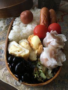 《マルティンのお弁当》 曇り空の札幌。 ようやくお休みなので、お弁当作りもお休みにしようかな〜と思ったりもしたけれど、やっぱり作ってしまいました。  あるものを詰め込んだけですが、今日の卵焼きにはモッツァレラチーズを入れてみました❣️  一品お世話になった冷凍食品はカニシュウマイです。  いつも塩胡椒で炒めるキャベツも、今朝は牛角のタレで〜🎶  たまには変化も大事だね🍀