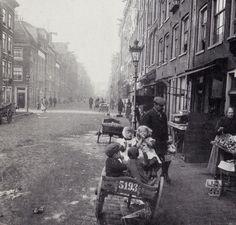 Willemstraat, voorheen Goudsblomgracht, gezien vanaf de Brouwersgracht naar de Lijnbaansgracht Een oude handkar dient als kinderwagen.