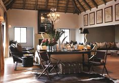 salon contemporain décoré à thème safari et art africain