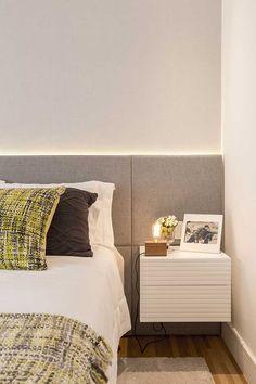 Decoração de apartamento amplo com ambientes integrados. No quarto de casal, cabeceira cinza, iluminação indireta, flores.    #decoracao #decor #casadevalentina