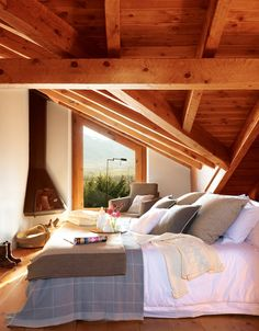 This cozy mountain lodge in Spain is a perfect place for family vacation. There are wooden furniture and natural textiles around the house. Attic Spaces, Attic Rooms, Small Spaces, Wooden Cottage, Cool Rooms, Dream Bedroom, Home Fashion, Home Decor Inspiration, My Dream Home