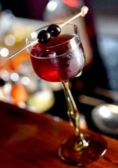 Manhattan feito com bourbon Wild Turkey Alcoholic Drinks, Beverages, Cocktails, Bourbon, Manhattan Cocktail, Happy Hour Drinks, Wild Turkey, Thirsty Thursday, Red Wine