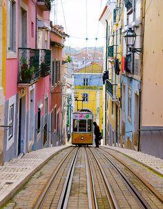 Lisbonne, c'est un mélange de calme, de gentillesse et de douce chaleur. Le soleil ne s'absente pas bien longtemps dans cette capitale qui vit à un rythme...