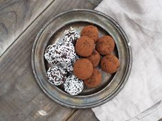 Chokladbollens dag - gör nyttiga chokladbollar med kokos, dadlar och kakao. Fria från spannmål, mejerier och raffinerat socker. Paleo-vänliga! Fresh Dates, Healthy Sweets, Coconut Flour, Clean Eating Snacks, Paleo Recipes, Sugar Free, A Food, Delicious Desserts, Food Processor Recipes
