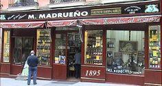 Vinos y licores Madrueño. 1895. Mariano Madrueño . La amplitud del local tenía capacidad para instalar la tienda, la trastienda, la bodega y un laboratorio, además de contar con un espacioso sótano de 300 metros cuadrados que se emplearía como almacén.Conservan los grandes alambiques de la trastienda y las barricas de la bodega, junto con la estética de la fachada, que tan sólo ha variado en el rotulo que da nombre al establecimiento. Madrid.