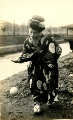 Japanese Girls in the Taisho Period: 37 Vintage Photos of Maikos and Geikos in Kyoto From the and Japanese Geisha, Japanese Beauty, Japanese Kimono, Vintage Japanese, Japanese Girl, Photo Japon, Japan Photo, Kyoto, Japanese History