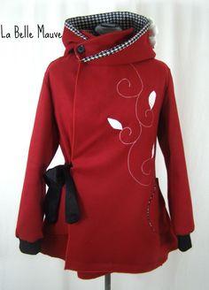 Manteau Sadako rouge bordeaux et grande capuche elfique