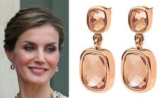 Her Majesty debuted a new pair of earrings. They are the Folli Follie 'Elements' rose gold double crystal drop earrings (US$95). These playful two-tiered stud drop earrings feature faceted champagne crystals set in rose gold plated metal.