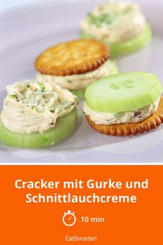 Crackers with cucumber and chive cream Cracker mit Gurke und Schnittlauchcreme – smarter – Zeit: 10 Min. Fall Appetizers, Finger Food Appetizers, Healthy Appetizers, Appetizer Recipes, Healthy Snacks, Snack Recipes, Easter Recipes, Pizza Snacks, Snacks Für Party