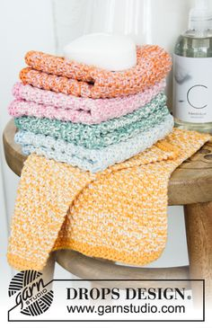 Clean & Colourful / DROPS - Free knitting patterns by DROPS Design - Clean & Colourful / DROPS – Free knitting patterns by DROPS Design Knitted cloths in 2 strands DROPS Safran. The piece is worked with double moss stitch in height. Knitted Washcloth Patterns, Knitted Washcloths, Dishcloth Knitting Patterns, Knit Dishcloth, Knitted Blankets, Crochet Patterns, Knitting Gauge, Loom Knitting, Free Knitting