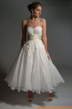 Robe sans bretelle en satin et organdi ornée de ruban et de broderies robe de mariée courte