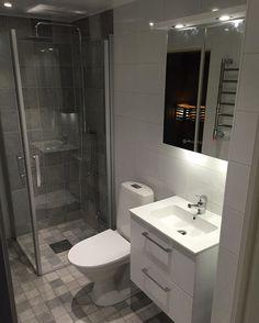 Badrum i Salem. Klassisk 10x10 #klinker på golvet, 20x40 #kakel och duschhörnan i 20x20.  Vi har flyttat dörren (stod där duschen är idag), samt alla avlopp. Gamla bastun fick sig ett nytt golv, samt ny modern dörr (se nästa inlägg. För övrigt, #golvvärme #handdukstork #ledspotlights  #baranowskiab #baranowski #badrumsrenovering #badrumsrenoveringstockholm #badrumsinspiration #behörigvåtrum #totalentreprenad #byggstockholm #renovera #anotherone Spotlights, Bathroom Lighting, Mirror, Furniture, Home Decor, Velvet, Bathroom Light Fittings, Bathroom Vanity Lighting, Decoration Home