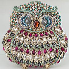 Um luxo que só ela!!!   Clutch em formato de Coruja w/ cristais Swarovski   ♡    ••》Whatsapp 43 9148-2241  ☎  43 3254-5125.    Rua Rio Grande do Norte, 19 Centro - Cambé-Pr  #clutch #bagfashion #bag #style #euquero #bordado #handmade #deslumbrante #casamento #formatura #15anos #lovely #carolcamilamodas #vestidodefesta #vestidodossonhos #venhaseapaixonar