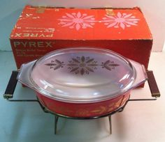 ★ Fiery Red ★ I have this pretty dish and I love it! Promo Pyrex 045 Golden Poinsettias Qt Deluxe Buffet Server w/ Warmer & Box Vintage Kitchenware, Vintage Glassware, Vintage Pyrex, Rare Pyrex, Pink Pyrex, Buffet Server, Pyrex Bowls, Glass Kitchen, Vintage Christmas