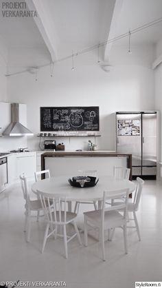 keittiö,ruokailuryhmä,ruokapöytä,ruokailutila,liesituuletin,keittiön tasot,keittiön kaapit,jääkaappi,hopea,moderni,vaaleat sävyt,valkoinen,avara,minimalistinen,liitutaulu