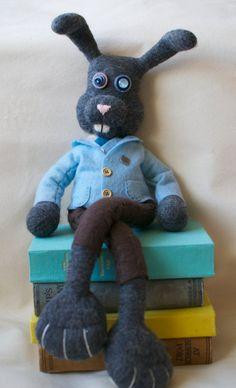 OOAK Needle felt grey Bunny Rabbit in a suit  di FeltBuddiesAndCo, £120.00