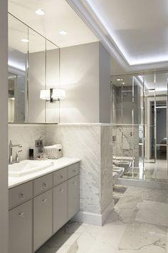 Lustrzana łazienka w jasnych barwach - Inspiracja - HomeSquare